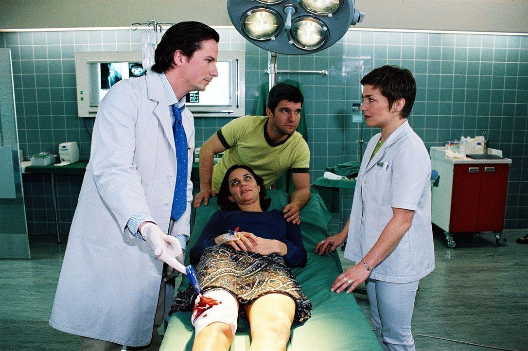 Stephanie (Claudia Schmutzler, r.) ist schockiert, als Christophs (Jens Peter Nünemann, M.) schwer verletzte Ehefrau Astrid (Kristina Bangert, liege... - Bildquelle: Monika Schürle Sat.1
