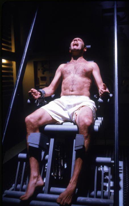 """Auch John Brennick (Christopher Lambert) kann sich nicht verstecken. Der unbeugsame, ehemalige Untergrund-Kämpfer wird in die gefürchtete """"Festung... - Bildquelle: Sony Pictures Television International. All Rights Reserved."""