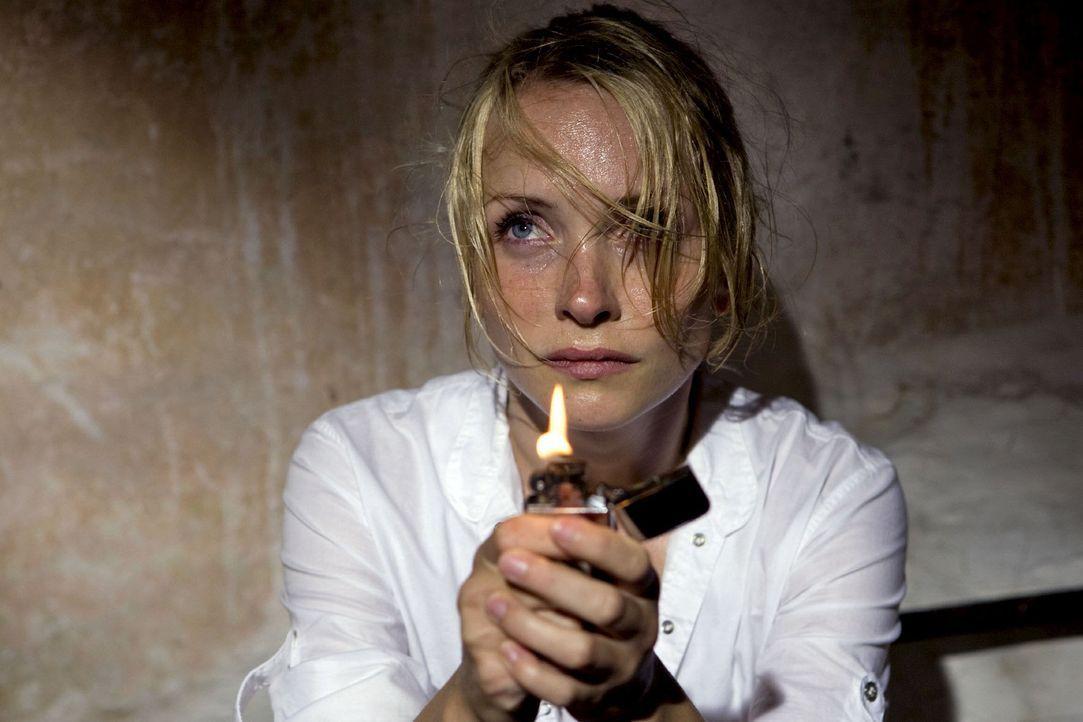 In der Mühle ihres Vaters macht Karla (Janin Reinhardt) eine unheimliche Entdeckung. - Bildquelle: Sat.1