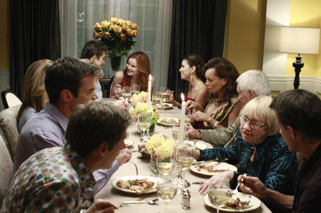 Eine Dinnerparty zu Ehren einer Hausfrau: (vorne l. nach vorne r.) Lee (Kevin Rahm), Bob (Tuc Watkins), Lynette (Felicity Huffman), Chuck (Jonathan... - Bildquelle: ABC Studios