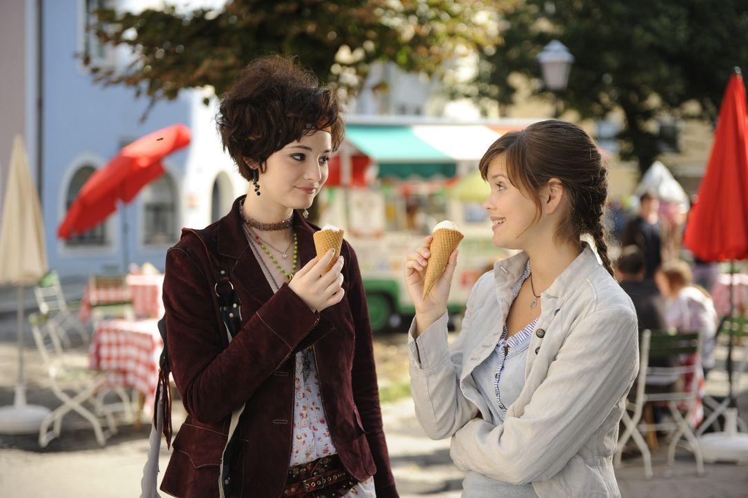 Auf ihre neue und beste Freundin Francesca (Maria Ehrich, l.) kann Julia (Emilia Schüle, r.) sich voll und ganz verlassen ... - Bildquelle: Buena Vista International
