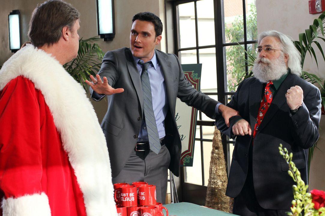 Wayne (Owain Yeoman, M.) möchte den Mord an Benjamin Ripple, der sein Leben der Darstellung des Weihnachtsmanns verschrieben hatte, aufklären und st... - Bildquelle: Warner Bros. Television