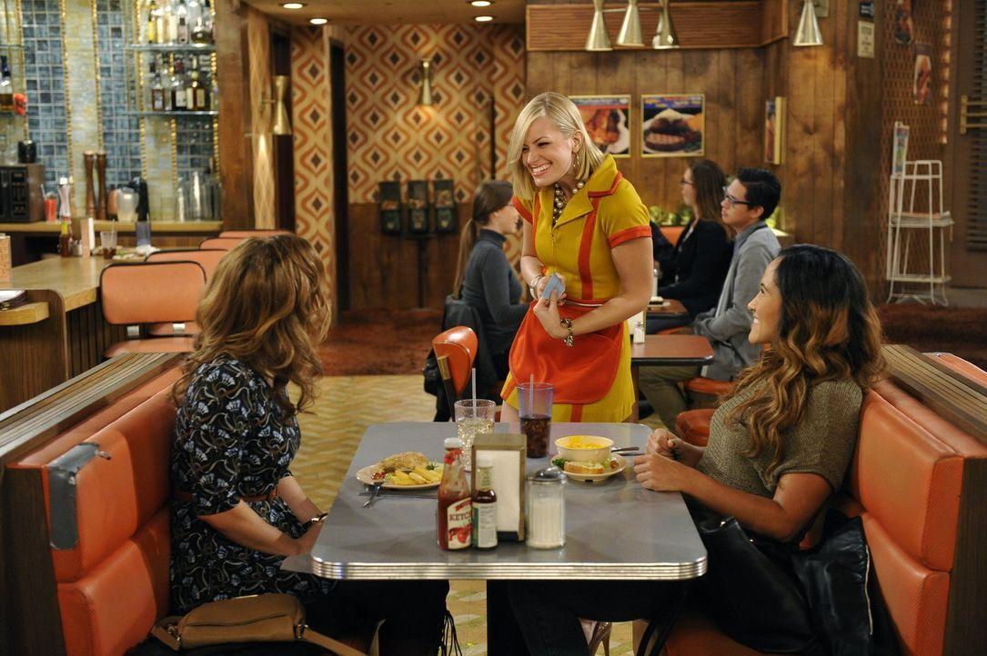 Von der Eifersucht geplagt, weil Max wieder Kontakt mit einer alten Freundin hat, ist Caroline (Beth Behrs, M.) entschlossen, selbst neue Freunde zu... - Bildquelle: 2015 Warner Brothers
