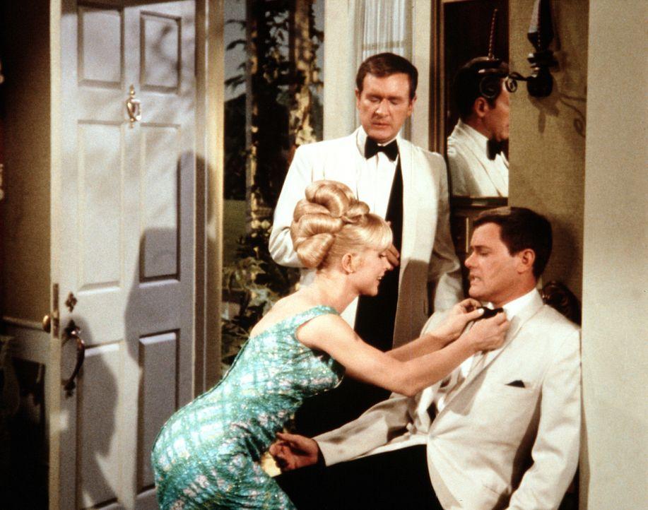 Tony (Larry Hagman, r.) und Roger (Bill Daily, M.) können sich nach ihrem Spezialtraining kaum noch auf den Beinen halten. Sie gehen aber trotzdem n... - Bildquelle: Columbia Pictures