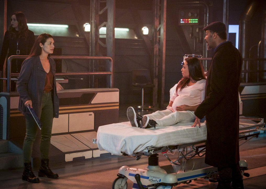 Marlize (Kim Engelbrecht, l.) entwickelt eine Idee, wie sie DeVoe aufhalten können, doch dafür brauchen sie Cecile (Danielle Nicolet, M.). Wird Joe... - Bildquelle: 2017 Warner Bros.