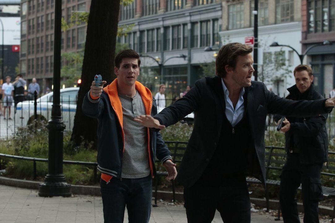 """Der """"Protagonist"""" (Adam Kaplan, l.) einer vermeintlichen Reality Show ist ahnungslos und weiß nicht, dass er Gift statt Wasser in der Pistole gelade... - Bildquelle: Warner Bros."""