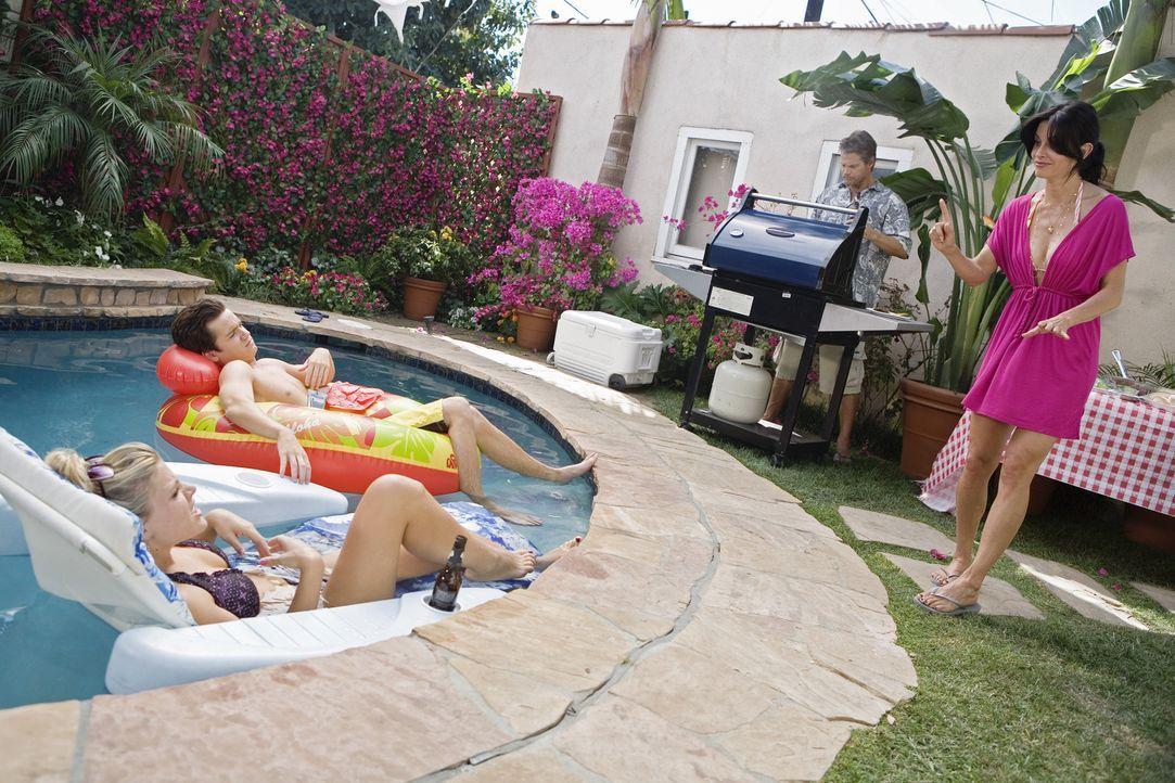 Als Jules (Courteney Cox, r.) klar wird, dass sie nicht alleine sein kann, ist sie bereit, ein Barbecue mit Laurie (Busy Philipps, l.), Travis (Dan... - Bildquelle: 2009 ABC INC.