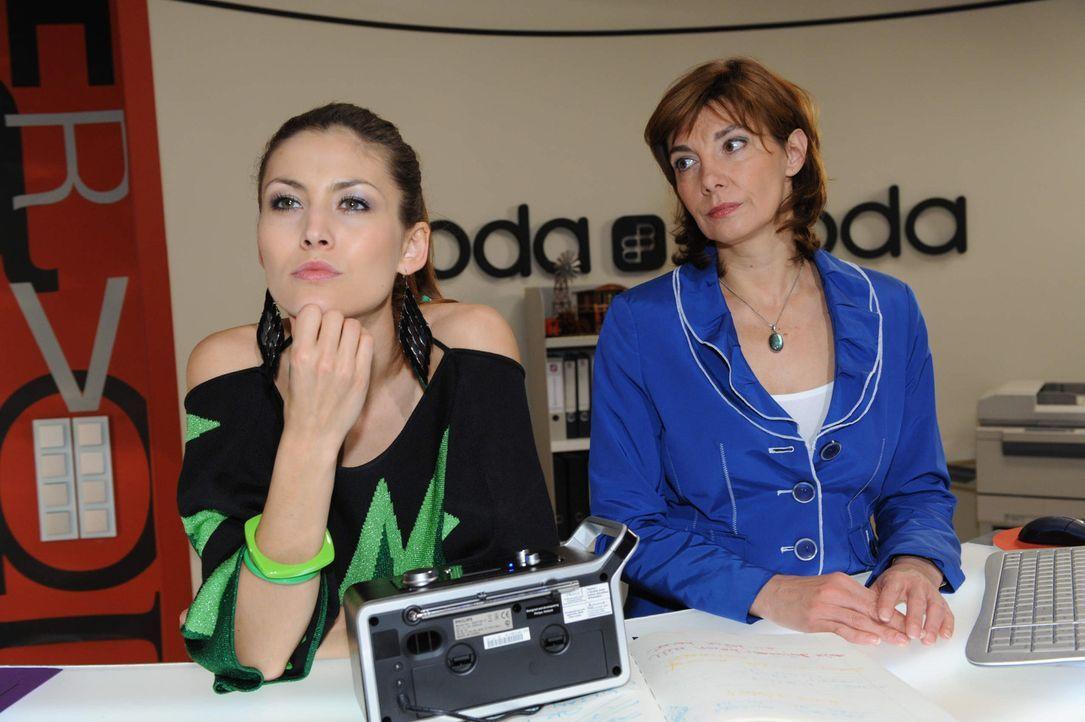 Steffi (Karin Kienzer, r.) befürchtet, dass Jessica (Fiona Erdmann, l.) mal wieder eine Intrige plant ... - Bildquelle: SAT.1