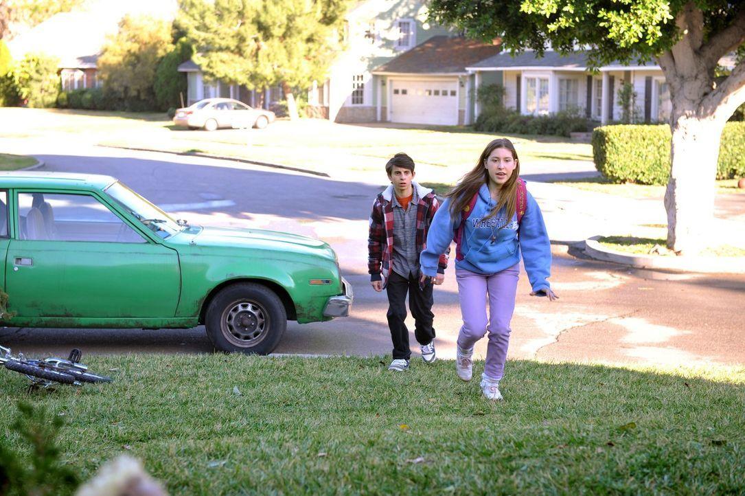 Sue (Eden Sher, r.) wird wütend, als sie feststellt, dass Matt (Moises Arias, l.) sie auf einmal nicht mehr so küsst wie zu Beginn ihrer Beziehung.... - Bildquelle: Warner Brothers
