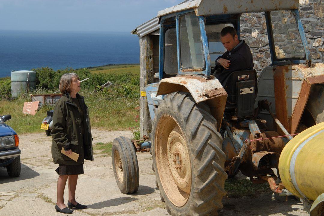 Als Ruth (Eileen Atkins, r.) Al (Joe Absolom, l.) 800 Pfund gibt, um einen neuen Zaun zu kaufen, ahnt sie nicht, dass dessen Vater in einer großen f... - Bildquelle: BUFFALO PICTURES/ITV