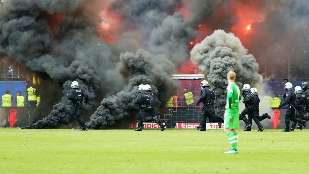 Teile der HSV-Fans zündeten gegen Gladbach Pyrotechnik - Bildquelle: PIXATHLONPIXATHLONSID