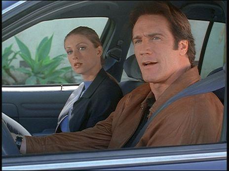 Diagnose: Mord - Steve (Barry Van Dyke, r.) und seine Kollegin Hannah observi...