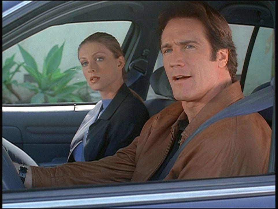 Steve (Barry Van Dyke, r.) und seine Kollegin Hannah observieren einen des Mordes verdächtigten Marine. - Bildquelle: Viacom