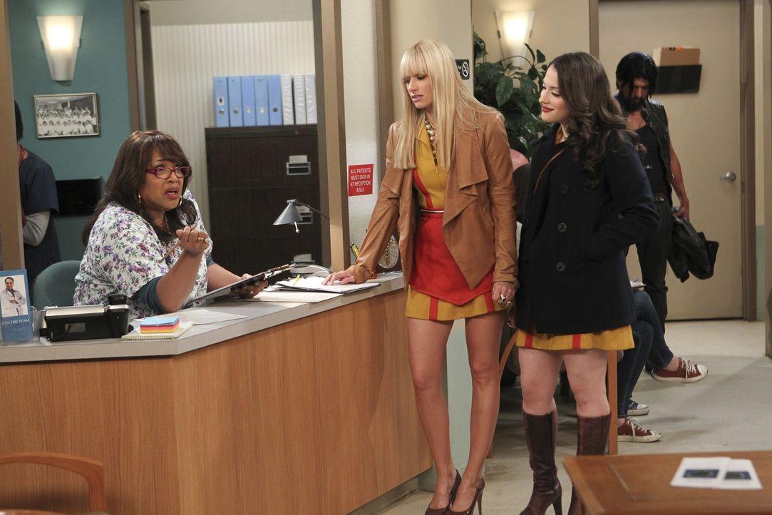 Da Caroline (Beth Behrs, M.) glaubt, sich mit einer Geschlechtskrankheit angesteckt zu haben, sucht sie gemeinsam mit Max (Kat Dennings, r.) einen A... - Bildquelle: Warner Bros. Television