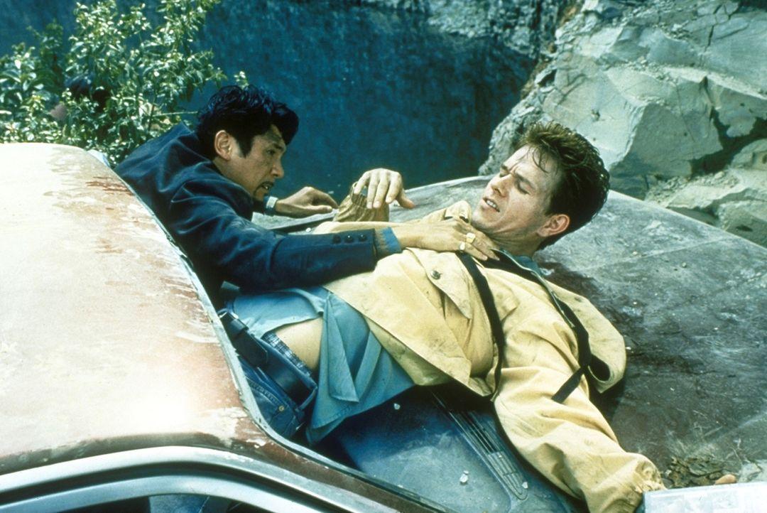 Um seine Haut zu retten, schiebt Cisco (Lou Diamond Phillips, l.) die Entführung Mel (Mark Wahlberg, r.) in die Schuhe ... - Bildquelle: Columbia Pictures