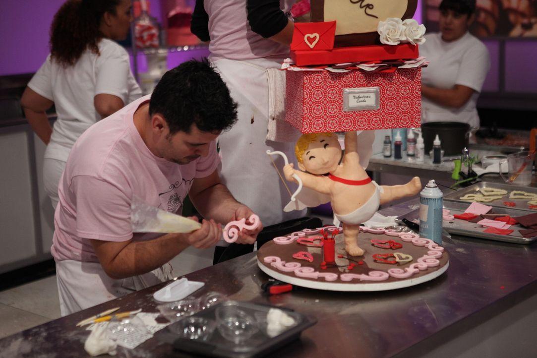 Die Idee für eine Valentinstagstorte mit Liebesengel Amor hat es in sich. Umso glücklicher ist Renata Papadopoulos, dass sie sich auf ihren Assisten... - Bildquelle: 2016,Television Food Network, G.P. All Rights Reserved
