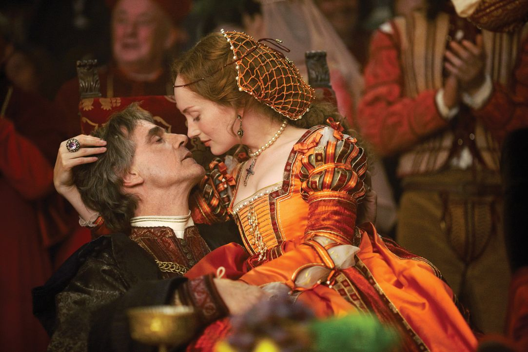 Lassen alle Vorsicht außer acht: Papst Alexander VI. (Jeremy Irons) und seine Mätresse Giulia Farnese (Lotte Verbeek) ... - Bildquelle: LB Television Productions Limited/Borgias Productions Inc./Borg Films kft/ An Ireland/Canada/Hungary Co-Production. All Rights Reserved.