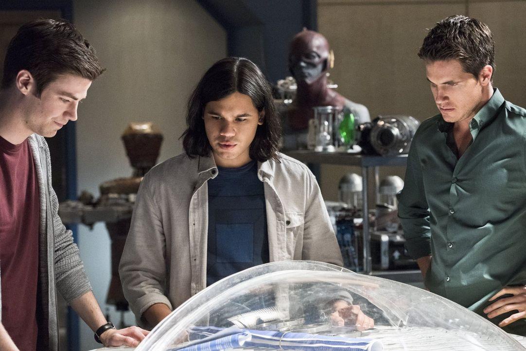 Noch glauben Barry (Grant Gustin, l.), Cisco (Carlos Valdes, M.) und Ronnie (Robbie Amell, r.), dass Barry die Entscheidung seines Lebens treffen mu... - Bildquelle: Warner Brothers.