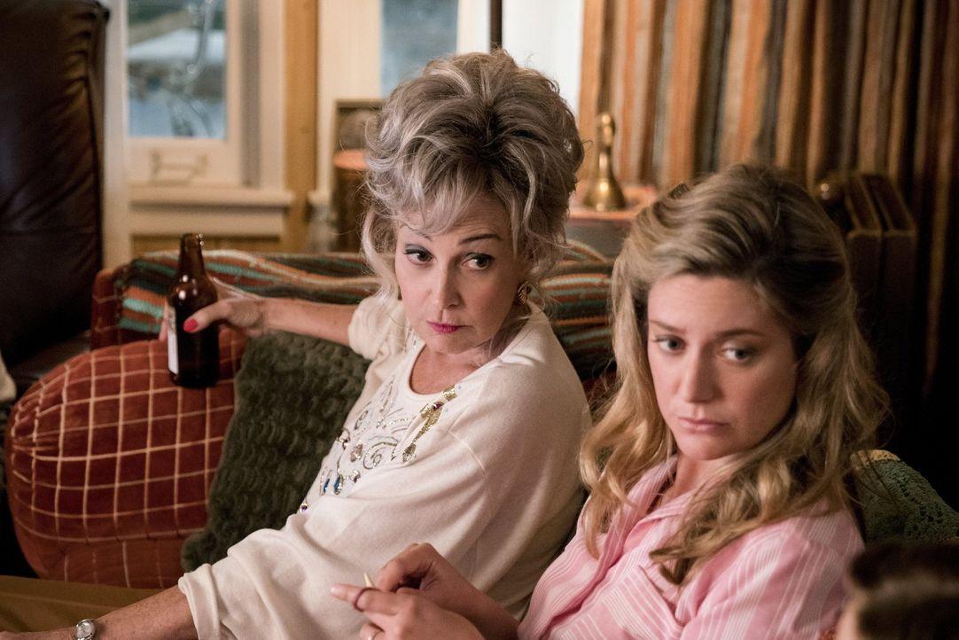 Meemaw (Annie Potts, l.) kann einfach nicht glauben, dass Georgie wirklich der Vater des jungen Sheldon sein soll und auch Mary (Zoe Perry, r.) kann... - Bildquelle: Warner Bros.