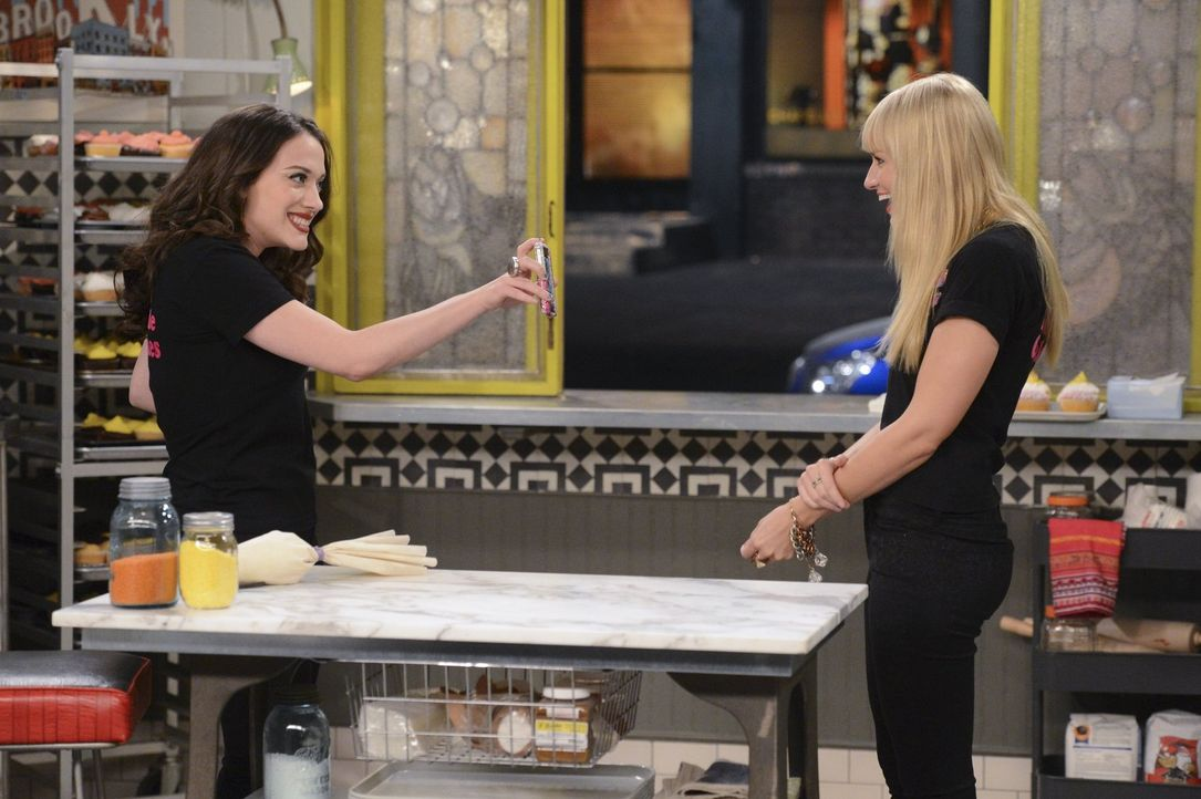 """Als Caroline (Beth Behrs, r.) von ihrem Date versetzt wird, beschließen sie und Max (Kat Dennings, l.), die Reservierung im neuen """"It- Restaurant"""" a... - Bildquelle: Warner Brothers"""