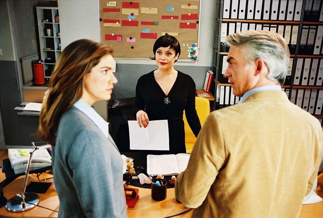 """Sandra (Rebecca Immanuel, l.) und Felix (Christoph M. Ohrt, r.) sind erstaunt über ihre neue """"Bürochefin"""". Biene (Isabel Tuengerthal, M.) ist nich... - Bildquelle: Hardy Spitz Sat.1"""