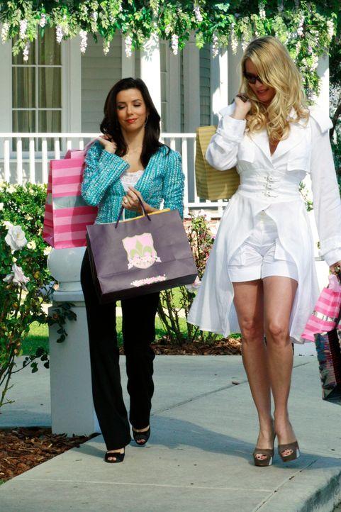 Machen eine gemütliche Shoppingtour: Gabrielle (Eva Longoria, l.) und Edie (Nicolette Sheridan, r.) ... - Bildquelle: 2005 Touchstone Television  All Rights Reserved