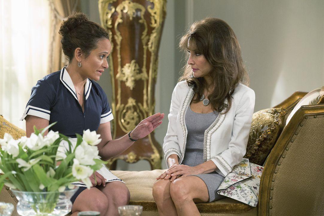 Als Zoila (Judy Reyes, l.) Genevieve (Susan Lucci, r.) bittet, ihrer Mutter endlich die Stirn zu bieten, ahnt keiner von beiden, welche Folgen das h... - Bildquelle: 2014 ABC Studios