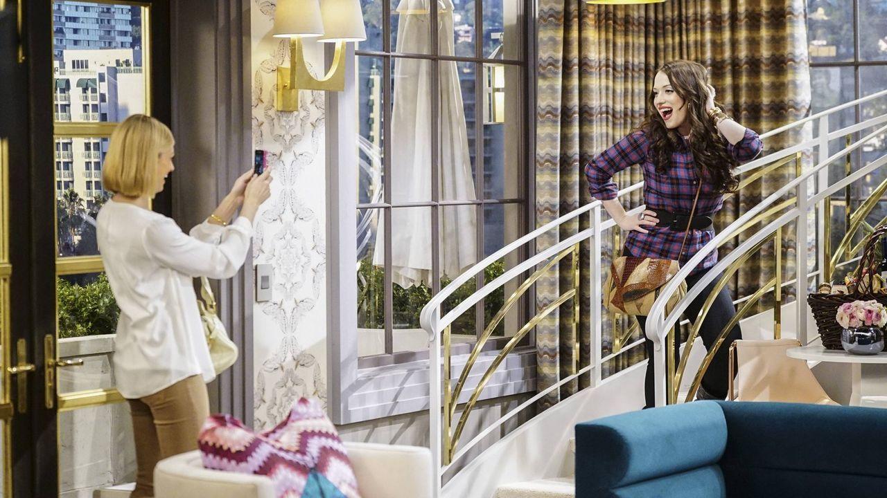 Genießen ihre Zeit in Los Angeles: Max (Kat Dennings, r.) und Caroline (Beth Behrs, l.) ... - Bildquelle: 2016 Warner Brothers