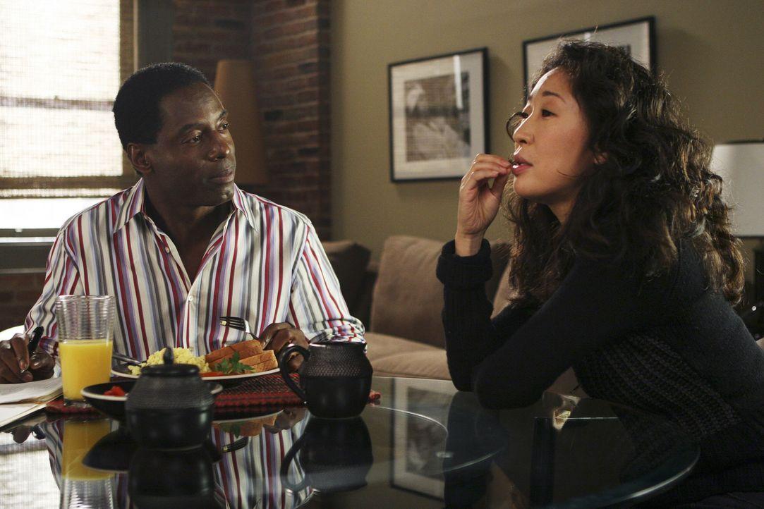 Cristina (Sandra Oh, r.) benutzt in Burkes (Isaiah Washington, l.) Gegenwart eine kleine Notlüge ... - Bildquelle: Touchstone Television