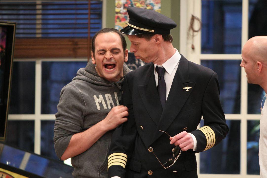 Maddin (M.) will sich verändern. Er hat es satt, mobile Heimsaunen zu verkaufen. Und jetzt will er Pilot werden! Eine coole Uniform, hübsche Flugbeg... - Bildquelle: Frank Hempel SAT.1