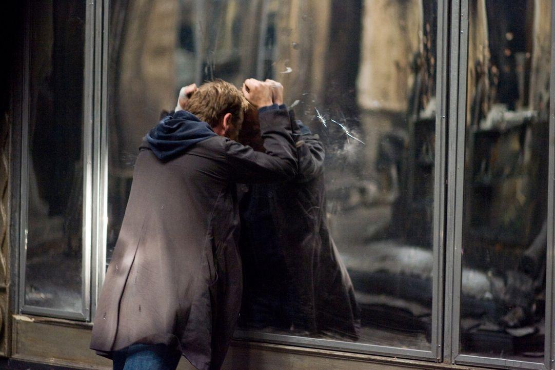 Schon bald wird dem Ex-Polizisten Ben Carson (Kiefer Sutherland) klar, dass die riesigen Spiegel des ehemaligen Kaufhauses ein Eigenleben führen. E... - Bildquelle: 2007 Regency Enterprises, New Regency Pictures