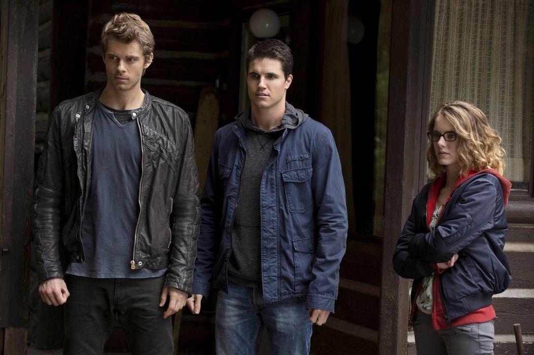 Sind Irene (Laura Slade Wiggins, r.), Stephen (Robbie Amell, M.) und John (Luke Mitchell, l.) wirklich alle drei auf der Suche nach Roger? - Bildquelle: Warner Bros. Entertainment, Inc