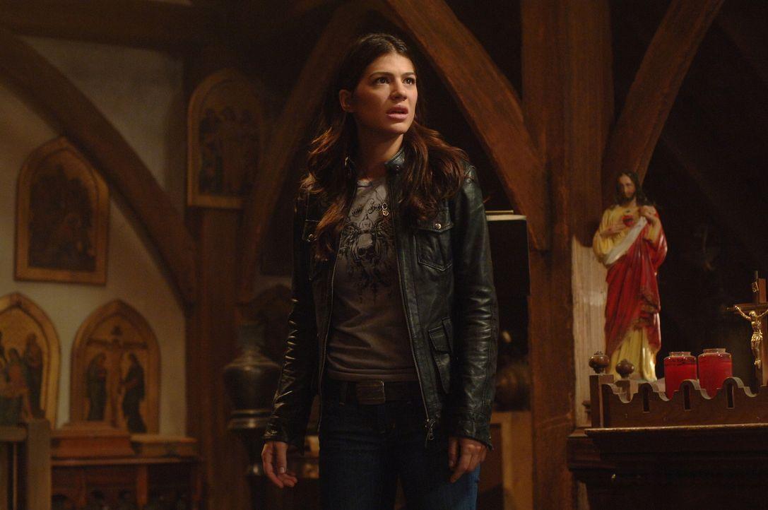 Ruby (Genevieve Cortese) erzählt Sam und Dean, dass der sehr mächtige Dämon Alastair auf der Suche nach dem Mädchen Anna ist, das die Stimmen de... - Bildquelle: Warner Brothers