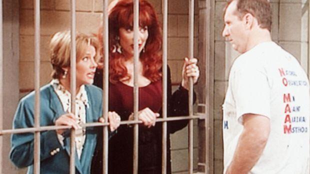 Marcy (Amanda Bearse, l.) und Peggy (Katey Sagal, M.) statten Al (Ed O'Neill,...