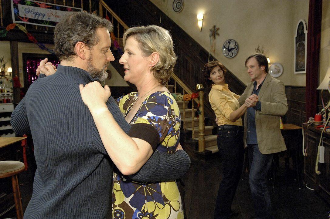 Während Steffi (Karin Kienzer, 2.v.r.) und Armin (Rainer Will, r.) ausgelassen tanzen, findet Susanne (Heike Jonca, 2.v.l.), dass Ulrich (Wolfgang W... - Bildquelle: Claudius Pflug Sat.1