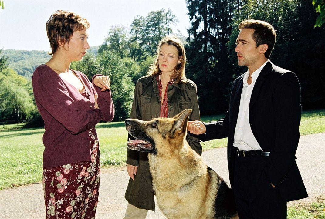 Marc (Alexander Pschill, r.) und Niki (Elke Winkens, M.) verhören die Haushälterin Marga Benesch (Ursula Strauss, l.). - Bildquelle: Sat.1