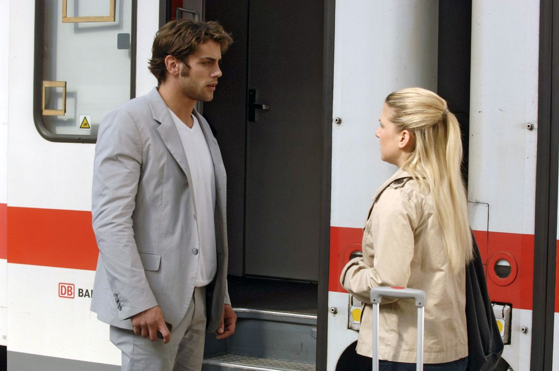 Jonas (Roy Peter Link, l.) beschwört Anna (Jeanette Biedermann, r.) zu bleiben - seinetwegen ... - Bildquelle: Sat.1