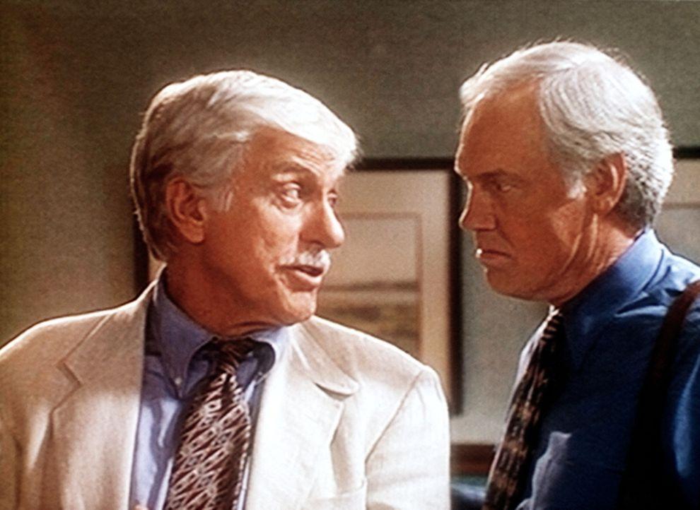 Mark (Dick Van Dyke, l.) wirft Dr. Nathan Harding (Ronny Cox, r.) vor, Troy Sommers ermordet zu haben. - Bildquelle: Viacom