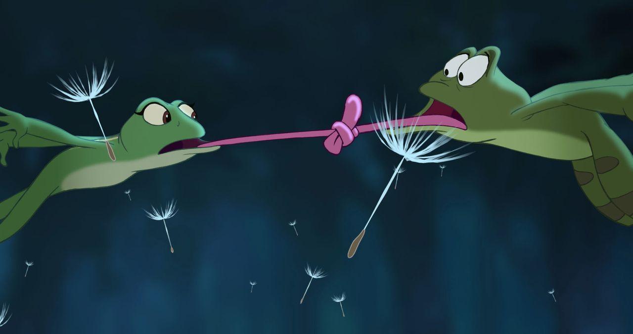 Nicht nur, dass Tiana (l.) sich bereit erklärt hat, einen ekligen Frosch zu küssen. Nach dem Kuss mit Naveen (r.) ist sie auf einmal selbst ein Fros... - Bildquelle: Walt Disney Pictures.  All Rights Reserved.