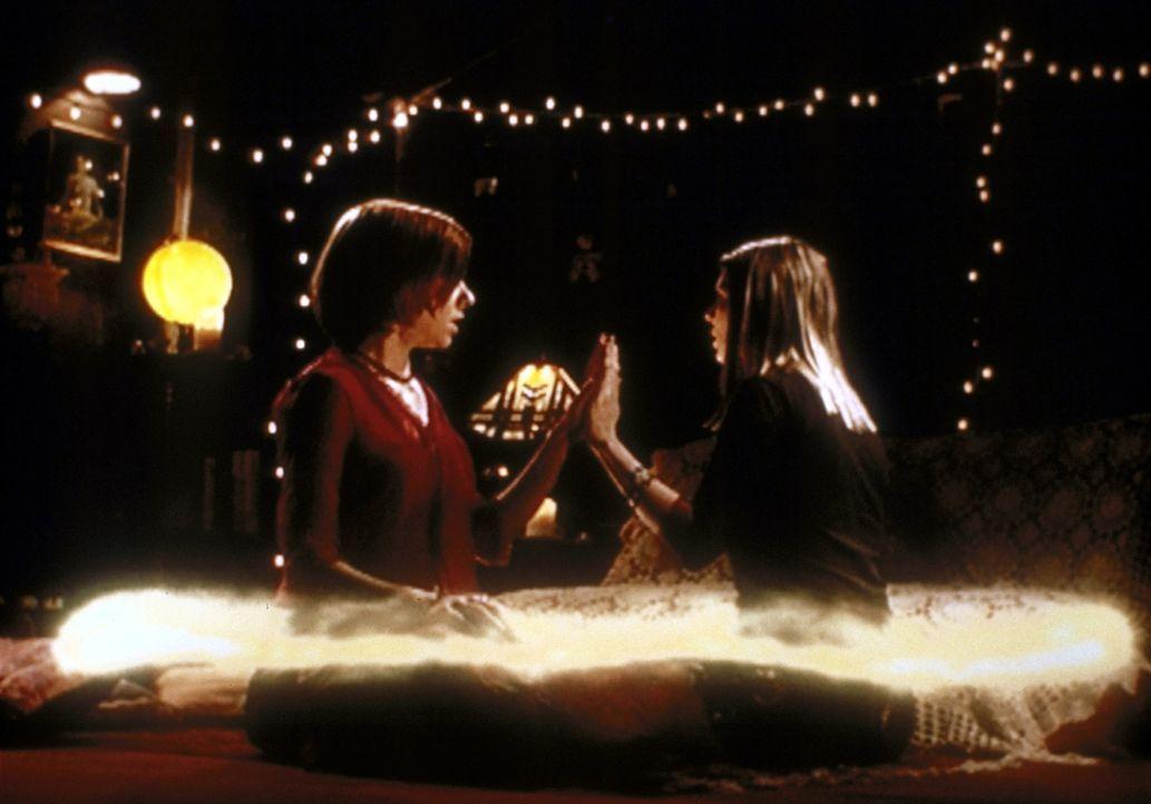 Willow (Alyson Hannigan, l.) und ihre Freundin Tara (Amber Benson, r.) verbessern  ihre Hexenkünste ... - Bildquelle: TM +   2000 Twentieth Century Fox Film Corporation. All Rights Reserved.