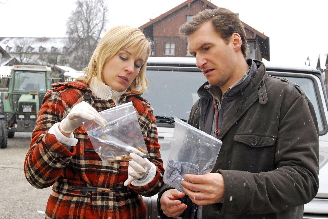 Mark (Siegfried Terpoorten, r.) und Rebecca (Lilian Klebow, l.) betrachten ihre Beweise: Mark hat den Speichel des Reinhartschen Pudels an seinem Ha... - Bildquelle: Hans Seidenabel Sat.1