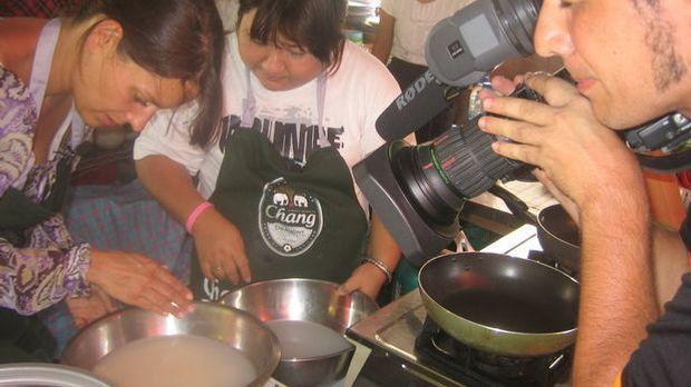 Zubereitung des Thaicurrys in einer thailändischen Garküche