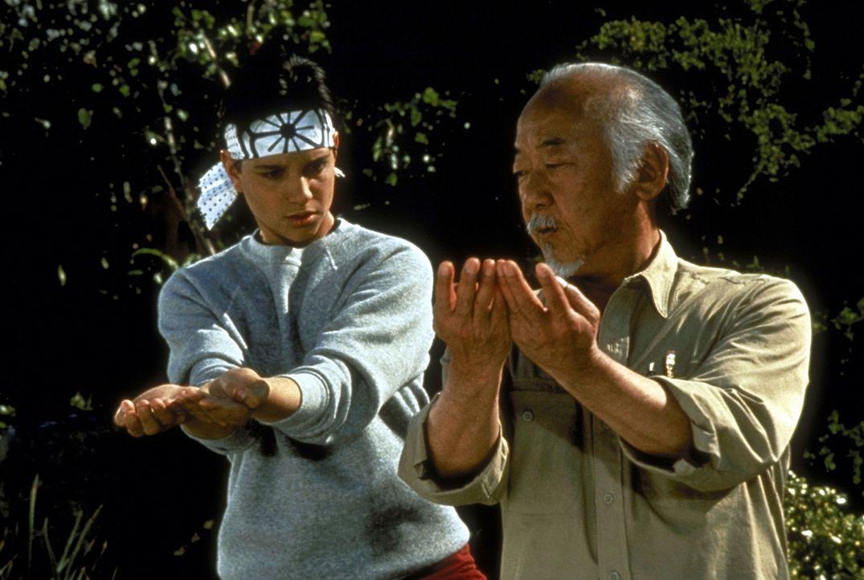 Wieder einmal muss Daniel (Ralph Macchio, l.) sein Können unter Beweis stellen. Sein weiser Lehrer Miyagi (Noriyuki Morita, r.) erteilt ihm nicht n... - Bildquelle: Columbia Pictures