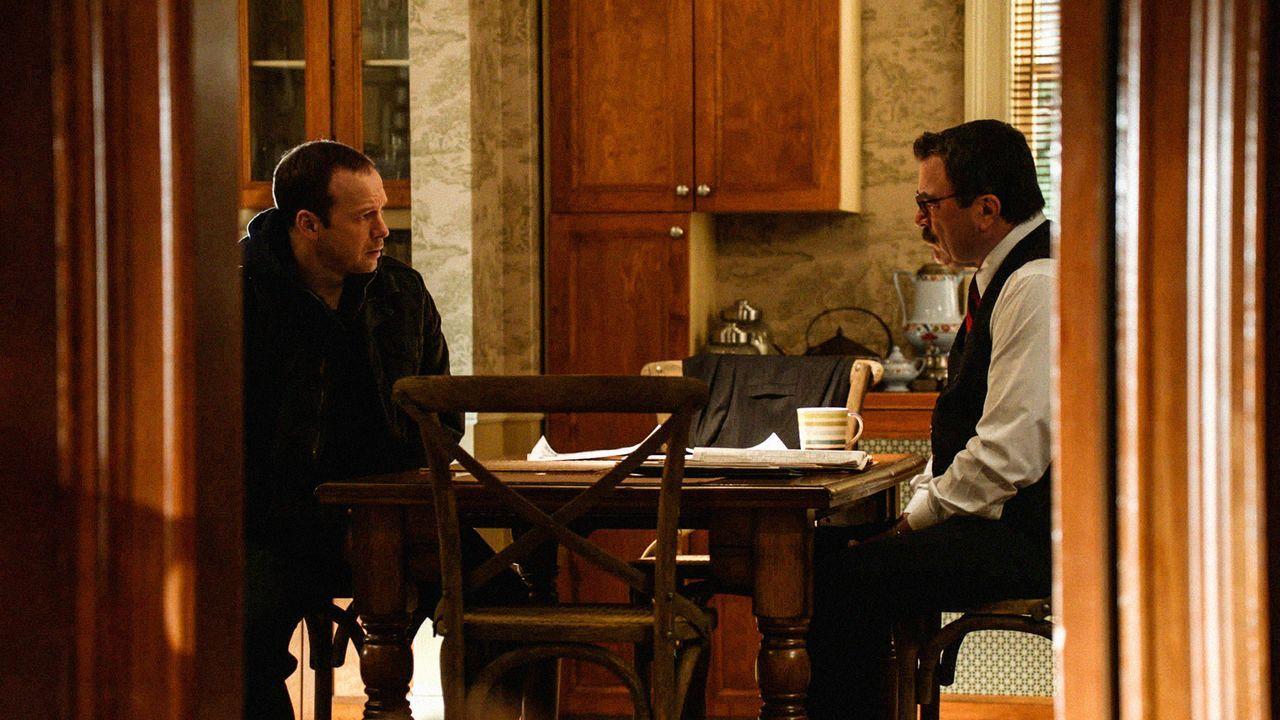 Können Frank (Tom Selleck, r.) und sein Sohn Danny (Donnie Wahlberg, l.) einen Verdächtigen ausmachen, der den Detective dranbekommen möchte? - Bildquelle: 2012 CBS Broadcasting Inc. All Rights Reserved.