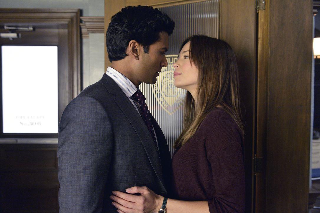 Kommen sich näher: Gabe (Sendhil Ramamurthy, l.) und Cat (Kristin Kreuk, r.) ... - Bildquelle: 2013 The CW Network, LLC. All rights reserved.