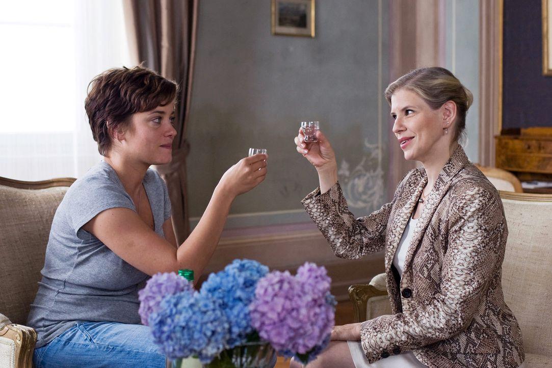 Pensionswirtin Heide (Katharina von Bock, r.) und Paula (Muriel Baumeister, l.) stellen sich einander vor und trinken erst einmal einen Schnaps ... - Bildquelle: Lukas Unseld Sat.1