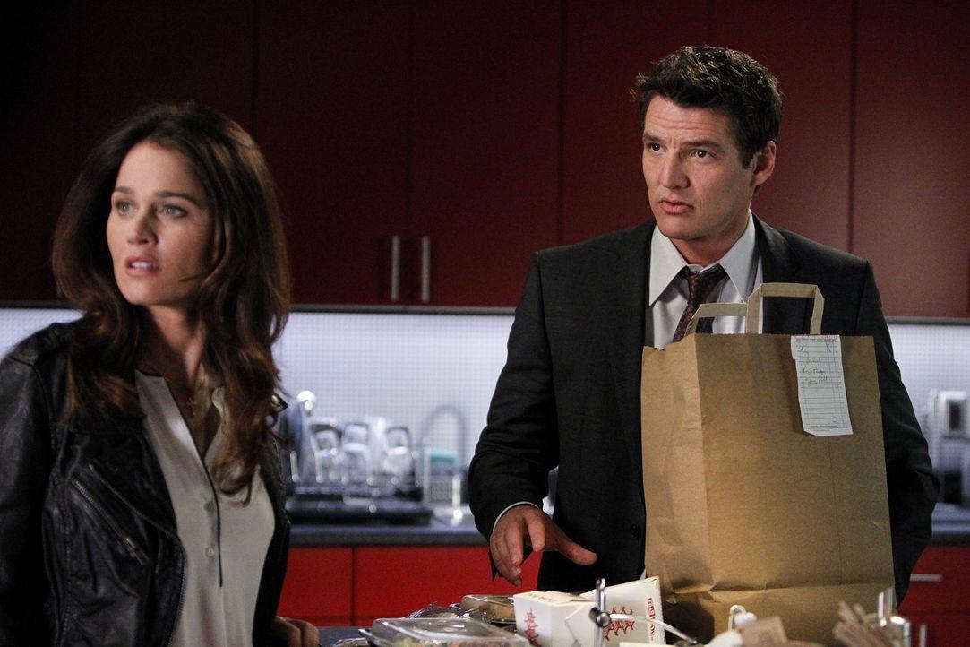 Pike (Pedro Pascal, r.) und Lisbon (Robin Tunney, l.) unterstützen Patrick Jane bei der Suche nach dem Mörder eines jungen Mädchens. Dabei führt die... - Bildquelle: Warner Bros. Television