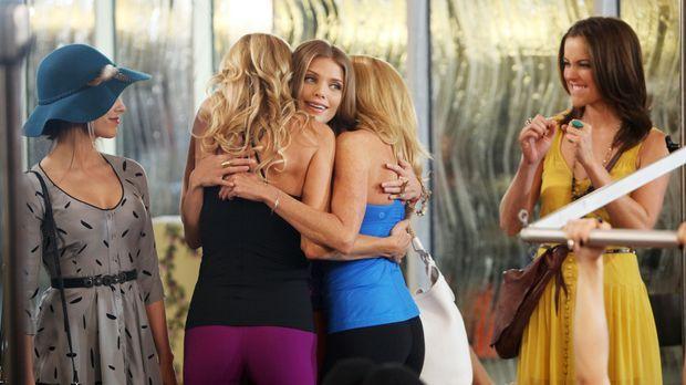 Naomi (AnnaLynne McCord, M.), Erin (Jessica Stroup, r.) und Adrianna (Jessica...