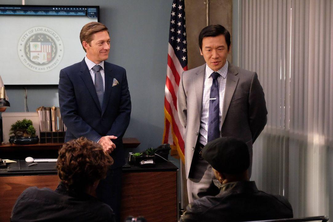 Um ihren aktuellen Fall schnellstmöglich aufklären zu können, hat Captain Avery Brooks (Kevin Rahm, hinten l.) Detective Henry Cho (Chin Han, hinten... - Bildquelle: 2016 Warner Brothers