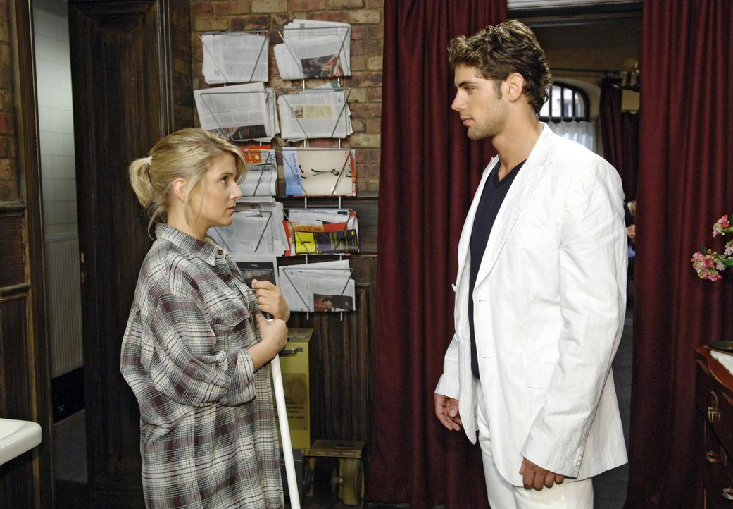 Ausgerechnet als Anna (Jeanette Biedermann, l.) im Restaurant putzt, trifft sie das erste Mal auf Jonas (Roy Peter Link, r.) - und ist bei dessen An... - Bildquelle: Claudius Pflug Sat.1